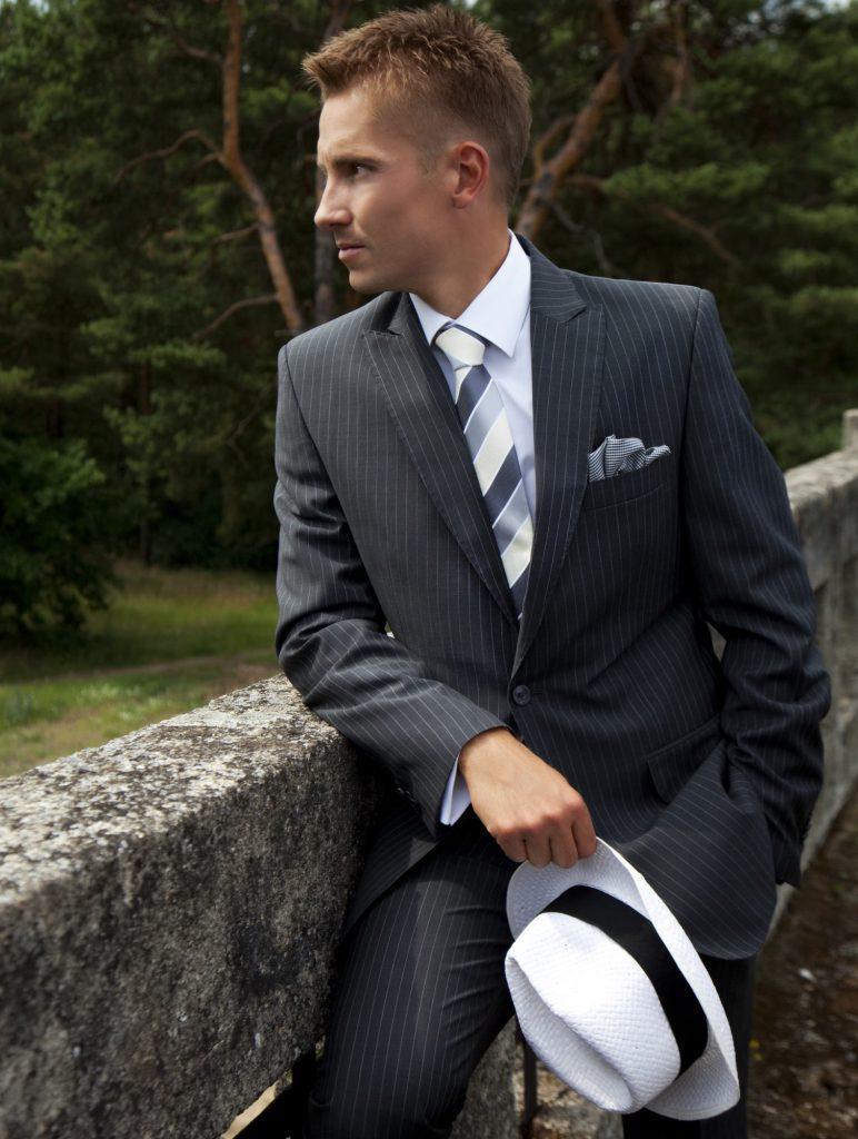 Mężczyzna w garniturze, koszuli i krawacie